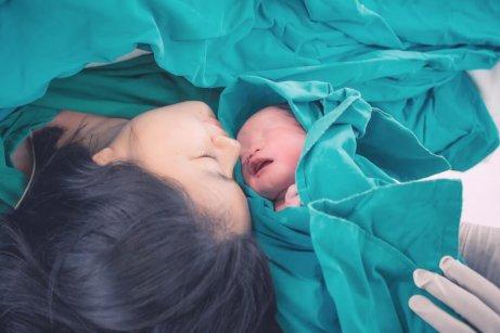 Mamma med nyfödd