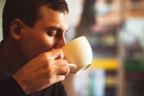 Man dricker kaffe