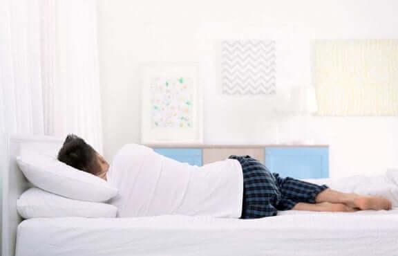Person sover på sidan