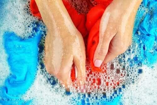 Tvätta kragar med diskmedel