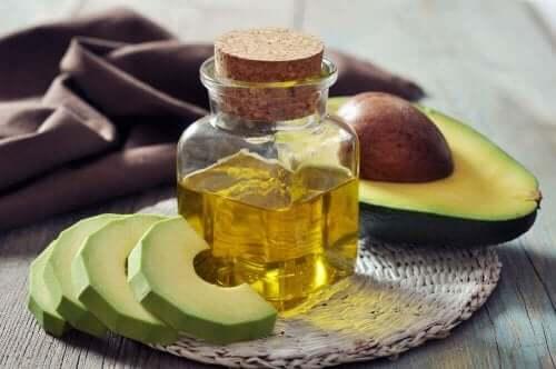 Avokadoskivor och olja.