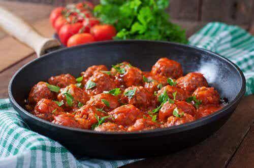 Köttbullar med havre, ost och kryddig tomatsås