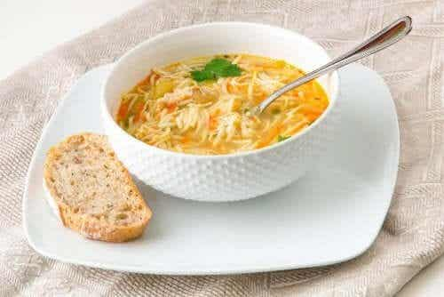 Enkla sätt att tillreda soppa med nudlar