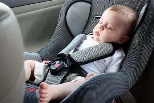Bebisar ska inte sova i bilbarnstolar – vi berättar varför