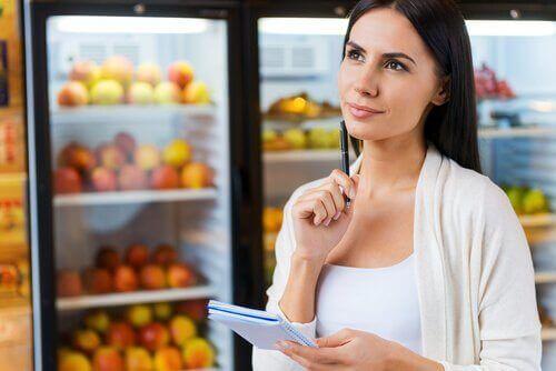 Kvinna i matbutik