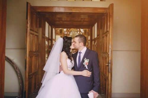 Man kysser bruden
