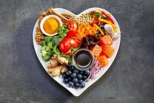 Mat på hjärtformad tallrik