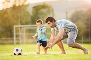 Pappa spelar fotboll med son