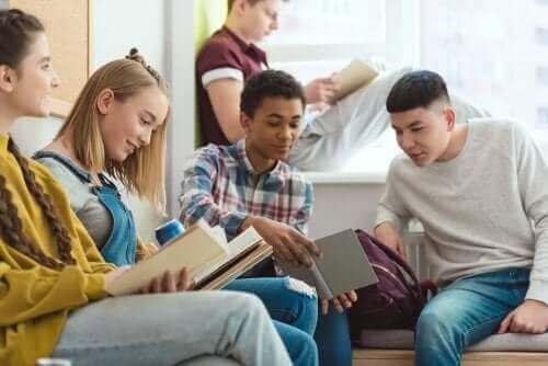 Ungdomar som läser