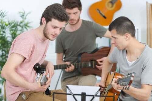 Ungdomar spelar instrument