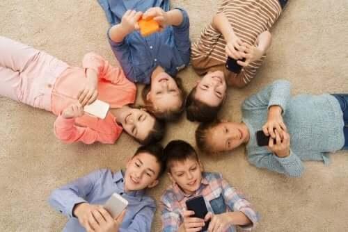 Barn som använder smartphones i ring