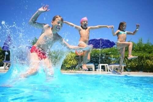 Barn leker i bassäng