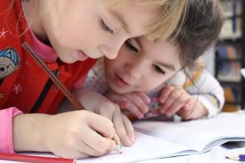 Barn ritar tillsammans