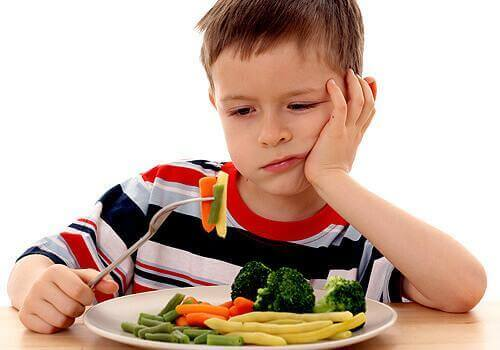 quiche med grönsaker och ost som barnen lär äta