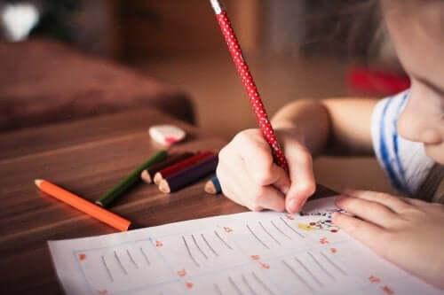 Använd lekar för att öva stavning med ditt barn