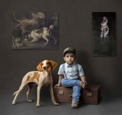 Hund och barn i mörkt rum