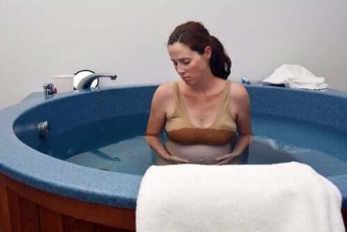 Kvinna föder i vatten för att undvika vaginala bristningar