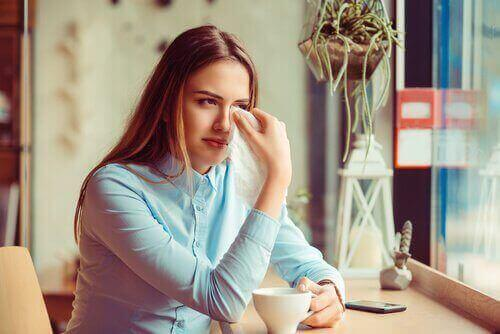 Kvinna gråter efter traumatisk skilsmässa