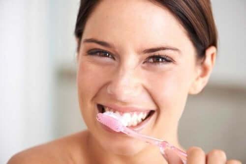 Kvinna som borstar tänderna