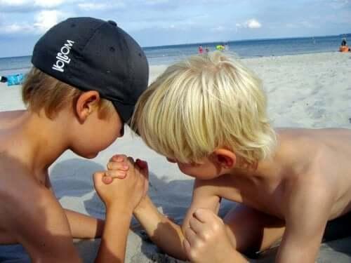 På stranden med barnen