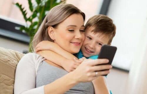 Mamma med mobiltelefon