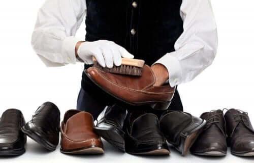 Man rengör läderskor