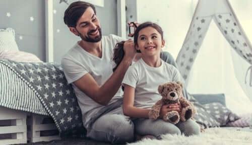 Pappa flätar hår
