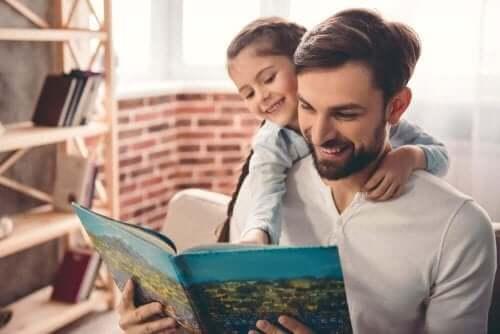 Pappa läser med dotter