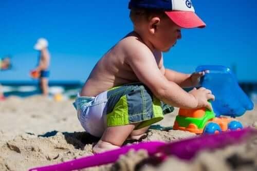 Pojke leker i sanden