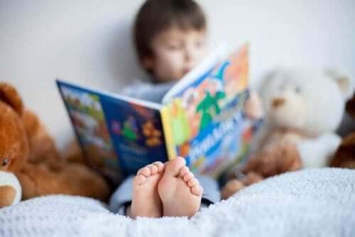 Pojke sitter med bok