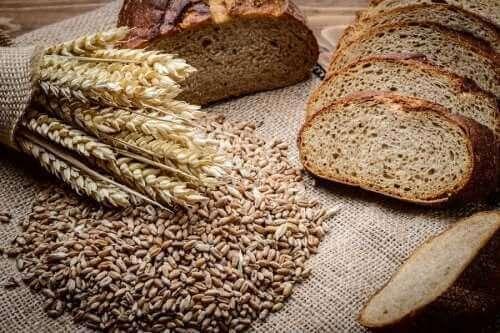 Hur man gör ett hemgjord bröd på råg och dinkel