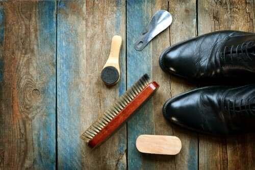 Lär dig att rengöra läderskor: 5 användbara tips