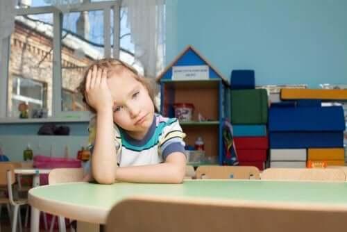 Trött flicka i skolan