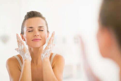 Tvätta ansiktet dagligen