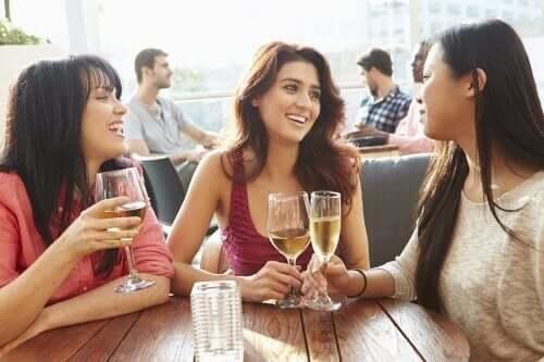 Vänner dricker vin