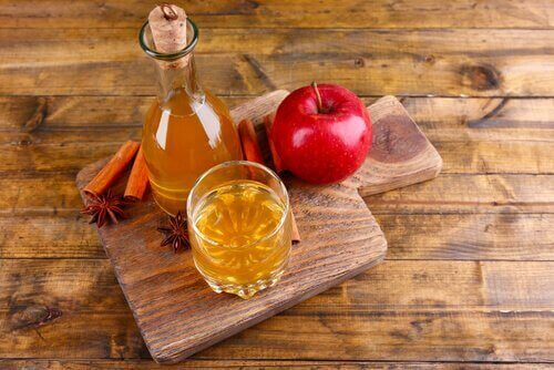 Äppelcidervinäger i huskurer för bråck