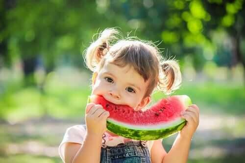 Sex livsmedel man bör inkludera i ett barns kost