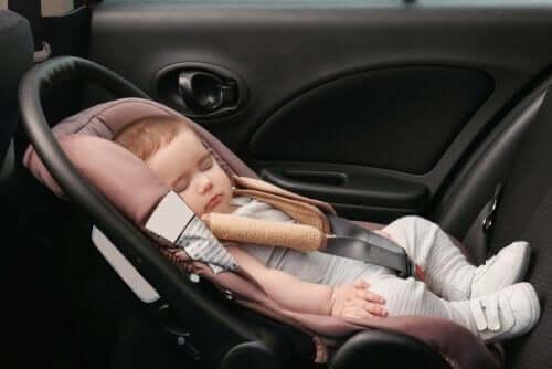 Att resa långt med en bebis i bil