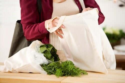 Bär matvaror i en hemgjord tygpåse
