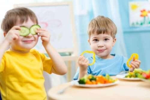 Barn äter grönsaker