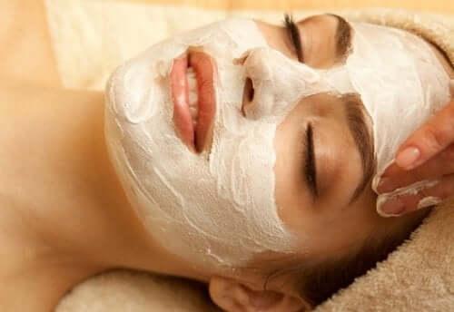 De bästa maskerna med honung för ditt ansikte