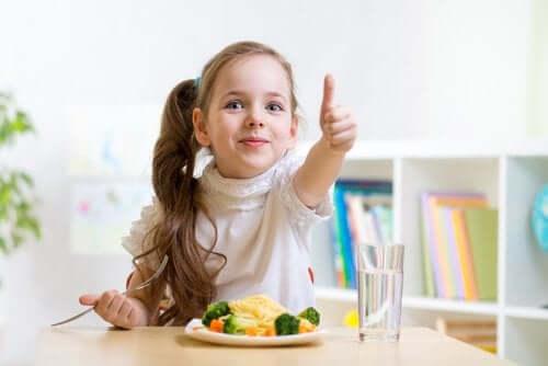 Flicka äter pasta