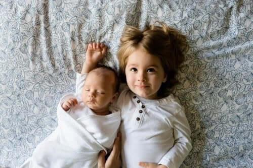 Flicka med syskon