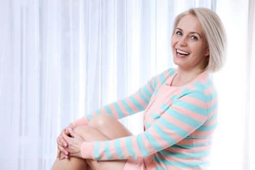 Glad kvinna i klimakteriet