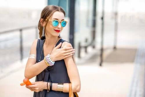 Kvinna applicerar solkräm