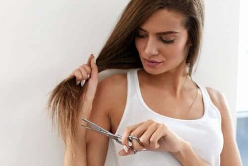 Kvinna klipper håret