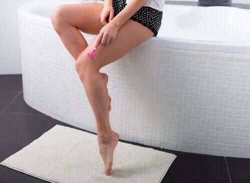 Kvinna rakar benen
