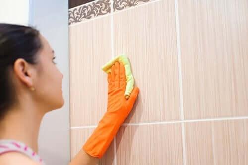 Kvinna rengör kakel