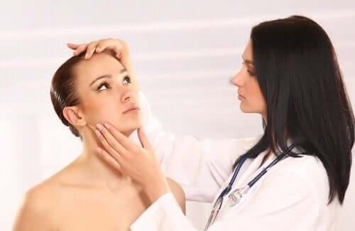 Läkare undersöker huden