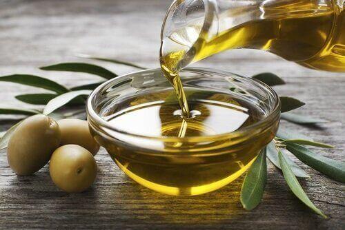 Olivolja för att ta hand om skadat hår